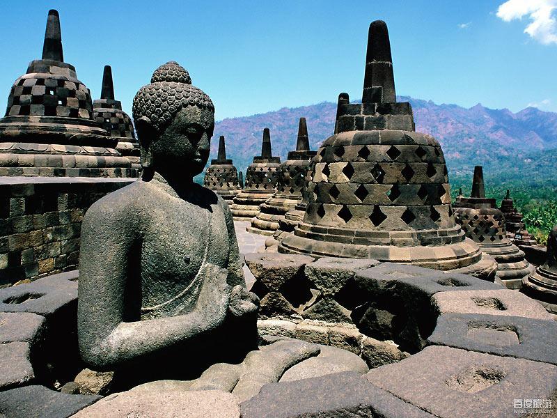 婆罗浮屠位于印度尼西亚,大约于公元750年至850年间,由当时统治爪哇岛