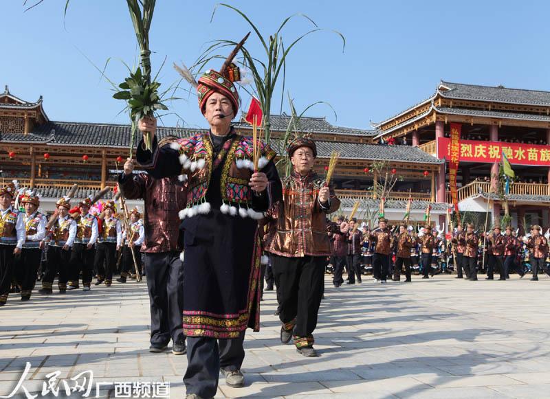 苗族同胞举行芦笙柱祭祀仪式