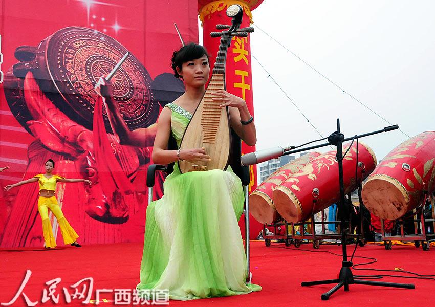 琵琶弹奏《美丽的神话》,表演者清丽脱俗,琴声悠扬萦绕耳畔