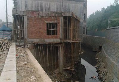 曝村占用桥梁护坡建房屋