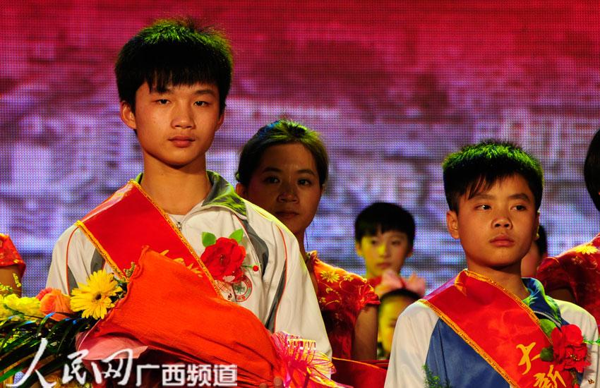 大新县助人为乐典型赵宗波,冯赵鑫展现90后新风尚