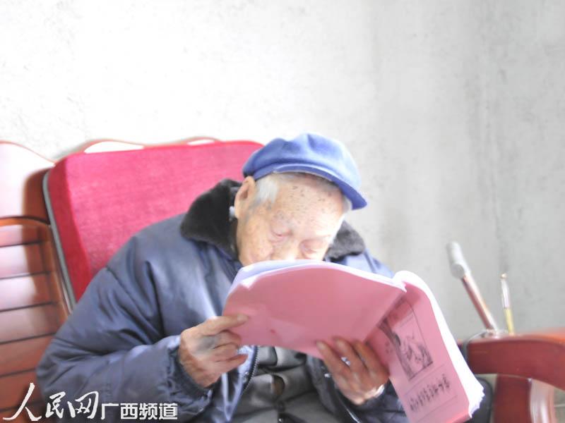 世纪老人生活乐趣多 看书下棋样样行【3】