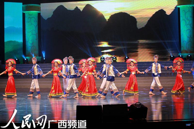 礼仪形象大使展示广西壮族服饰及舞蹈