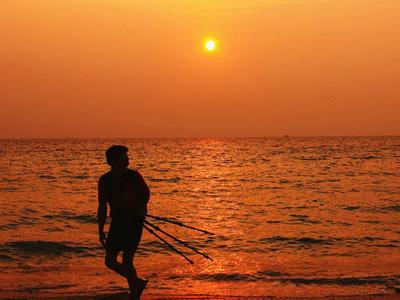 人民网广西频道 旅游 风景    涠洲岛是一座位於广西壮族自治区北海市