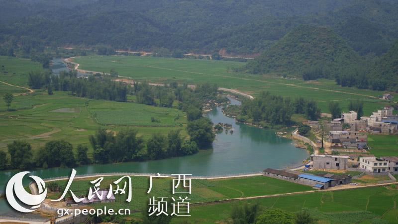 组图:游客登狮子山尽览祖国边境风光【11】