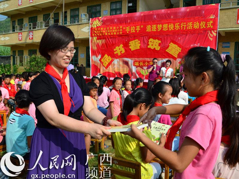 上海闸北区实验小学到宜州湖长小学赠送书籍(