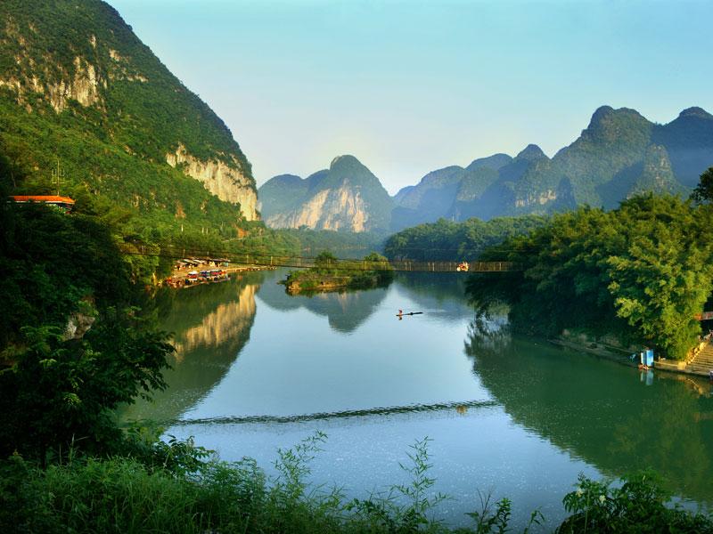 宜州概况 宜州区位于广西中部偏北,隶属于河池市,是著名壮族歌仙刘三姐的故乡,中国优秀旅游城市、全国文化先进市、广西优秀旅游城市。全市总面积3896平方公里,其中中山、低山面积占27.47%,丘陵面积占58.80%,台地面积占3.53%,平原面积占 10.20%。全市总面积占自治区总面积1.