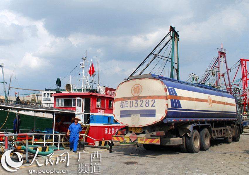 海上供油中心加油船接卸来油