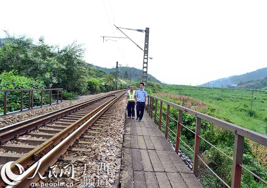 广西田林县铁路护路联防队员加强巡逻确保安全畅通