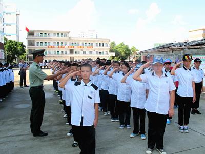 防城港市三中一千多名初一新生参加军训图片