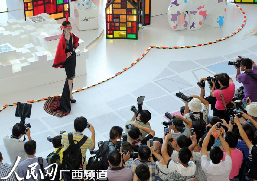 亚洲超级模特惊艳亮相邕城 比基尼秀展现曼妙