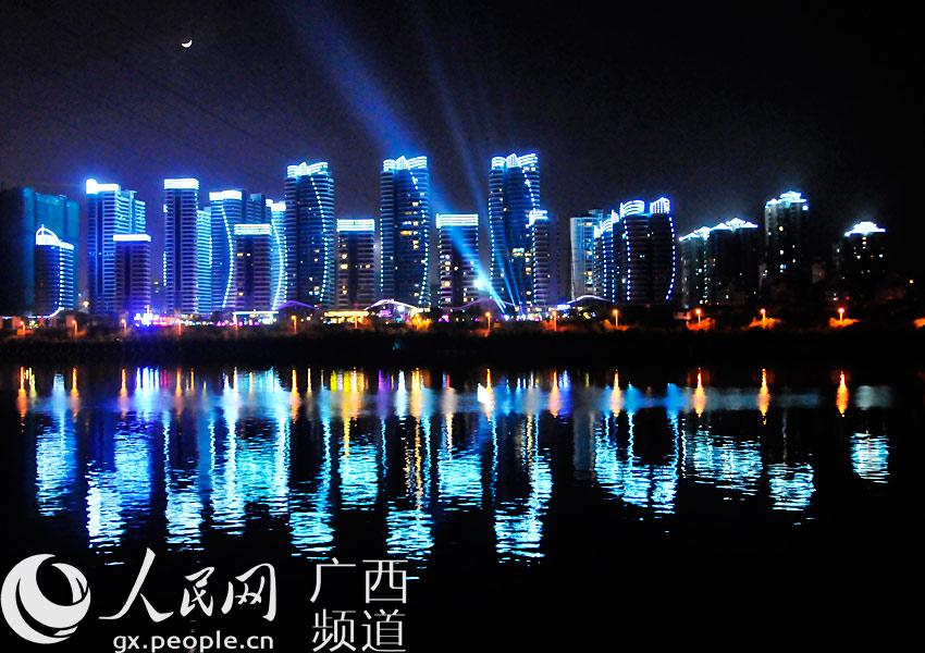 来到柳州市,观赏全国最大城市人工瀑布群,畅游如梦似幻的百里柳江夜景