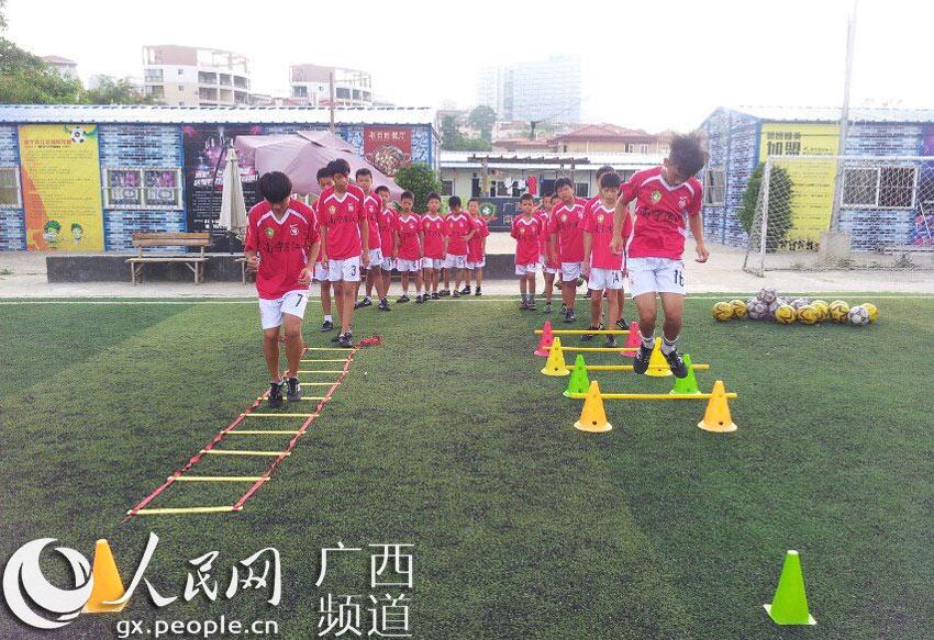 南宁滨江足球俱乐部,始建于2012年4月,基础设施完备,拥有标准足球训练场地1块,健身训练房200余平方米,健身器材12种,现有专业足球教练8人,有U6-U16年龄段学员共60余人。该基地被南宁市体育运动学校确定为青少年足球训练基地。俱乐部组建后坚持以赛代练,积极参与各种级别的足球比赛,并且连续两年赞助了南宁市足协杯和南宁市校园杯足球比赛。 南宁滨江足球俱乐部致力于以足球产业带动足球运动项目的大发展快发展,弘扬足球文化,培育青少年对足球运动的兴趣,让更多的青少年参与足球运动,增强体质,丰富青少年的课余活动