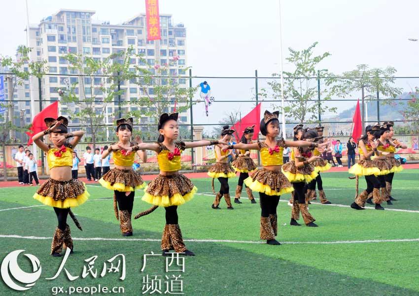 小学生正在表演舞蹈图片