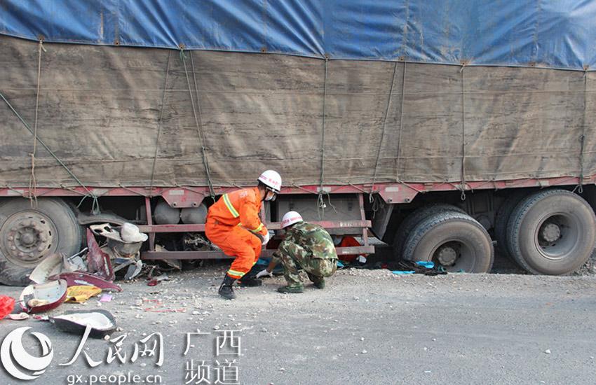 钦州一电动车被卷货车车轮下 骑车女子抢救无