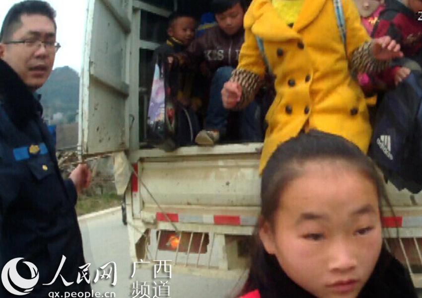 百色人员雇请无证村民驾货车接送小学生快捷小学英语图片