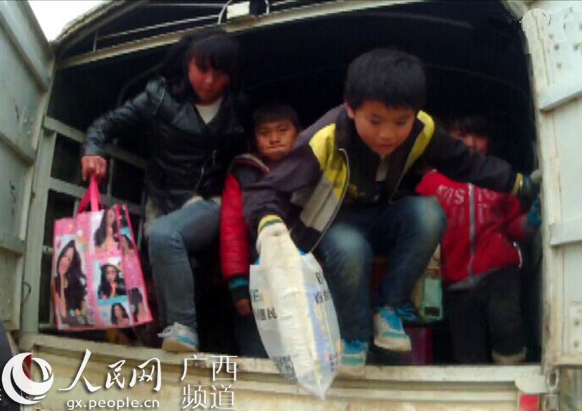 百色人员雇请无证村民驾小学接送小学生日月潭货车课文图片