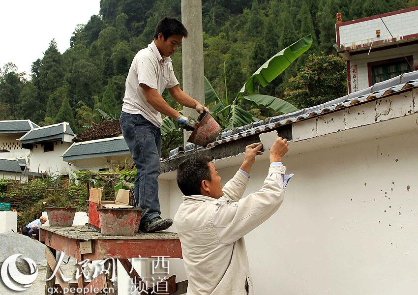 凌云:阁楼村村民积极投工投劳兴建文化墙