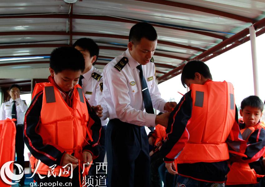 海事人员为小学生穿上救生衣