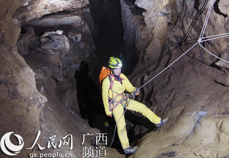 探险队员深入洞穴调研