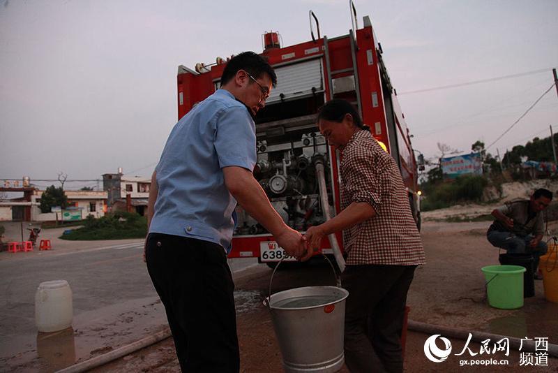 一个人提著两桶水
