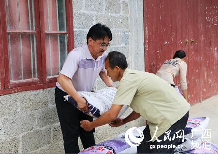 天峨县政法委给帮扶贫困户送农资暖民心
