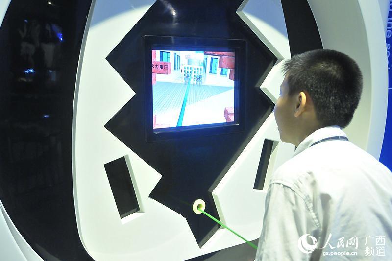 人体电池,踩踏发电装置,电路游戏……5月16日,广西科技馆电力科普展厅