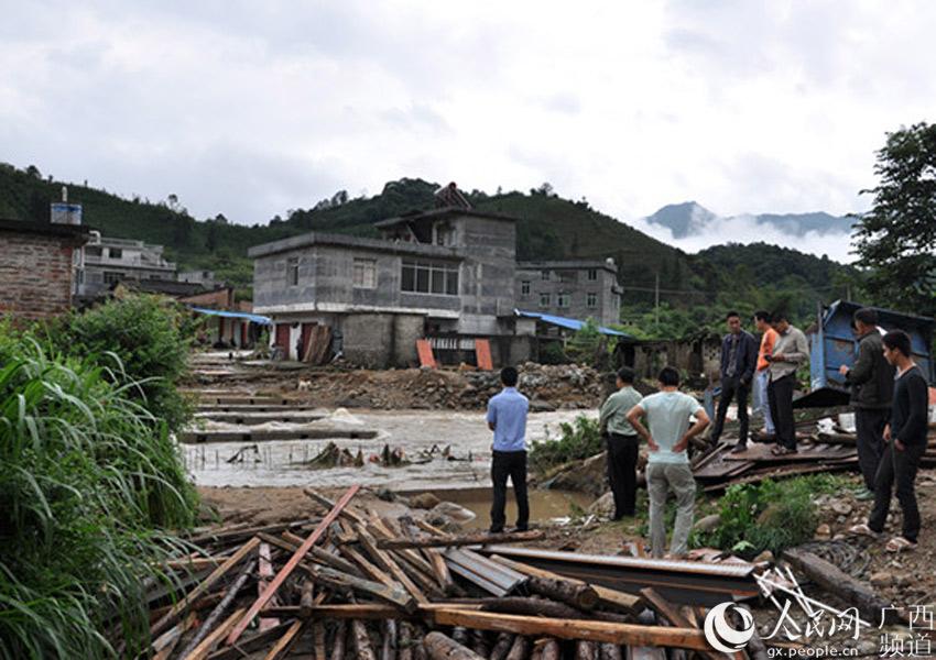 广西贺州民警积极做好防洪抗灾宣传工作图片