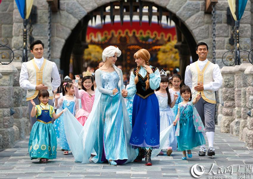 香港迪士尼乐园,《冰雪奇缘》艾莎女王及安娜公主出巡