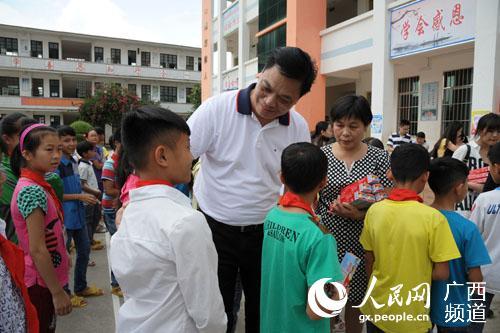 周诺副校长向小学生赠送牙膏