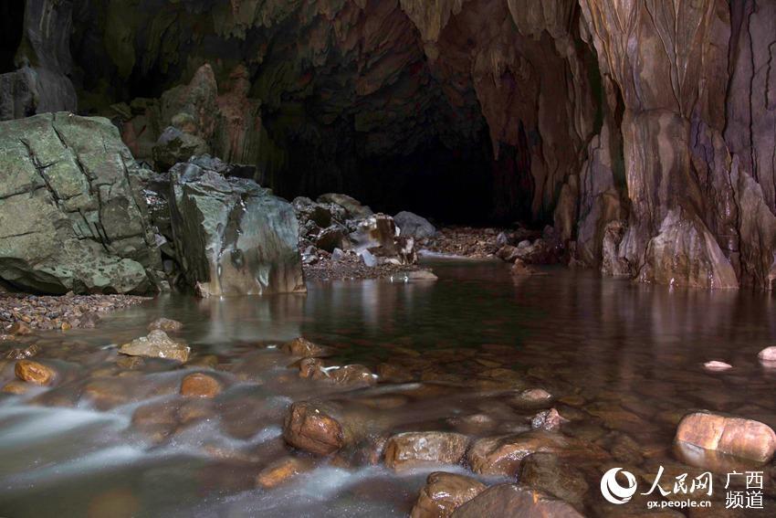地下哹.#�b��h��il�bdzk`_摄影师深入喀斯特地表之下拍摄地下河奇观
