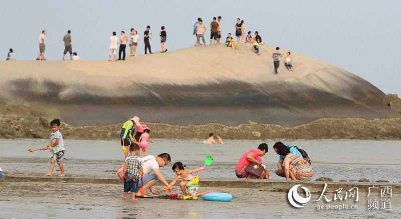 """广西钦州:躲避""""秋老虎"""" 海边享清凉"""