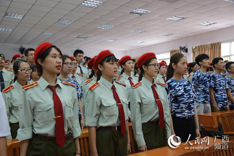 广西艺术学院军训学生起立唱国歌(刘雯/摄)