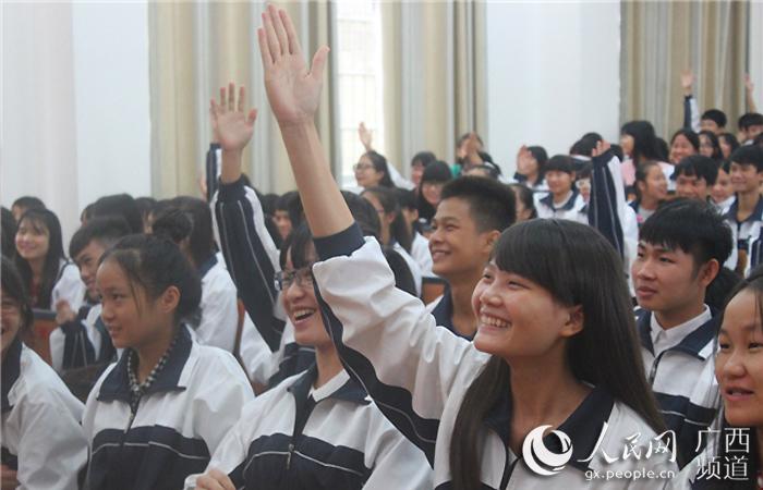 现场学生踊跃举手回答问题