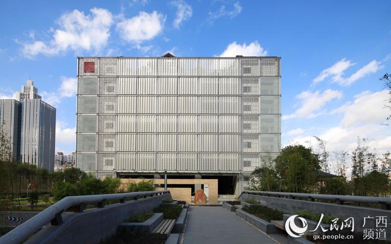 人民網南寧12月10日電 (韋廷彬、顏梁瑋)根據《廣西壯族自治區綠色建筑行動實施方案》要求,在十二五期間全區20%的城鎮新建建筑要達到綠色建筑標準。截至2015年末,廣西已有68個項目獲得國家綠色建筑設計標識認證,建筑面積達708.31萬平方米。 華藍集團作為廣西城鄉建設綜合服務的領軍企業,在綠色城鎮化建設創新業務方面拓展迅速,占據了廣西低碳城市和綠色建筑設計領域的前沿,形成了綠色建筑項目策劃-規劃-設計-施工-評價一站式服務鏈。集團先后設計了約100個綠色建筑項目,60余個建筑節能試點工程,有17