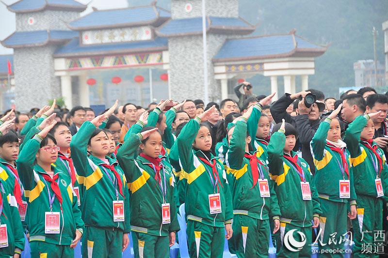 学生向国旗敬礼