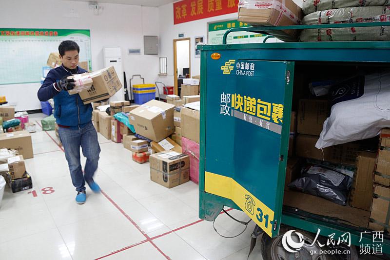 邮政推智能包裹机 破快递末端配送难题