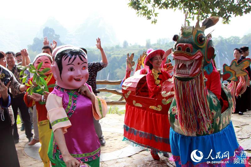 4月7日,在广西大新县德天瀑布景区里,来自该县桃城镇文艺队的吴麒麟