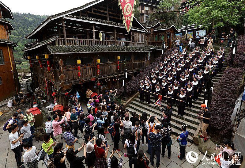 月14日,游客在广西柳州三江侗族自治县林溪镇程阳 ...