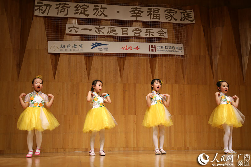 参加演出的多为幼儿园小朋友和在校中小学生,他们在指导老师的带领下