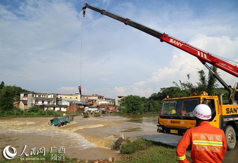 广西象州:洪水围困载人车辆 5人成功获救