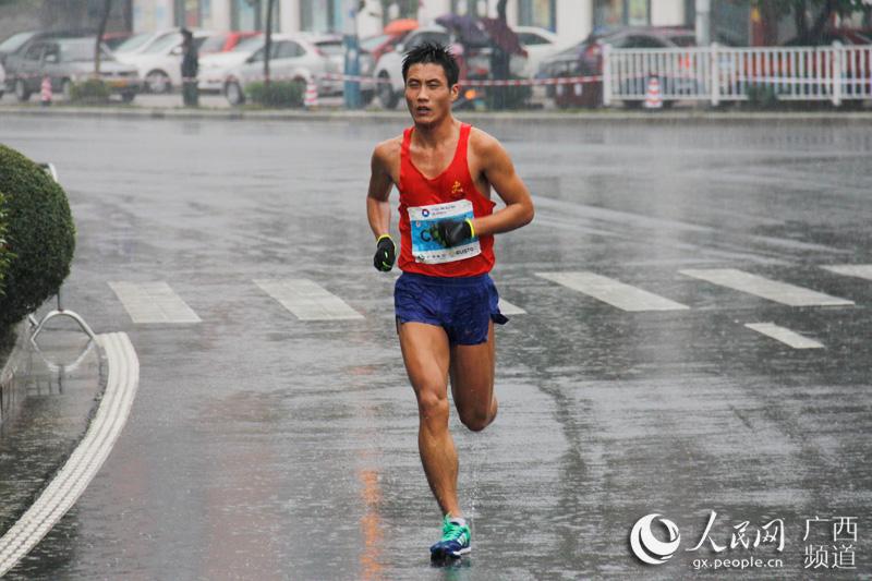 直播广西 桂林银行·2016桂林国际马拉松 图片报道  (责编:周雨乐,许