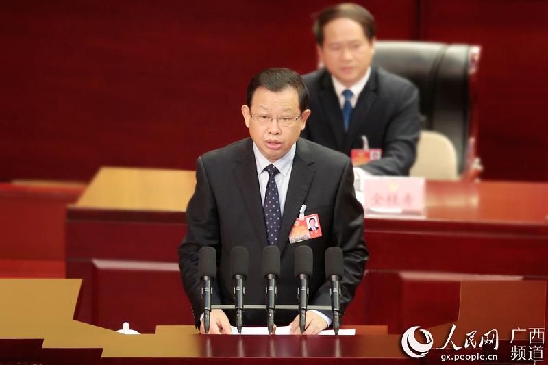 自治区政协副主席李彬向大会报告政协十一届四次会议以来提案工作情况