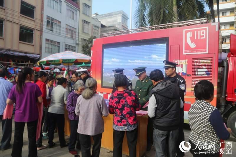 岑溪市公安局开展群众安全感满意度宣传活动