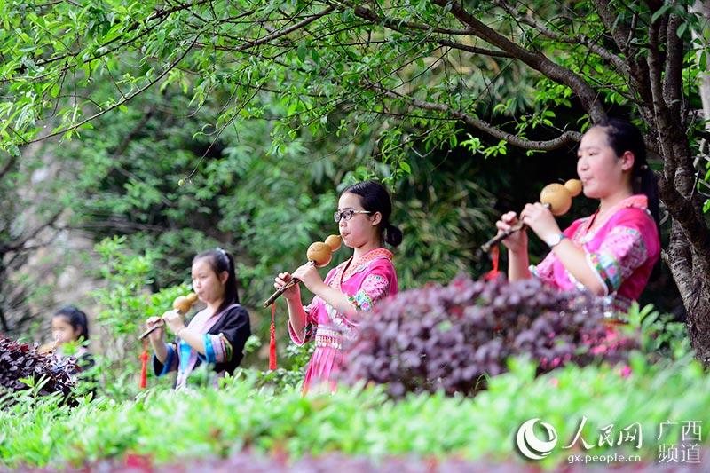 学生在练习吹葫芦丝