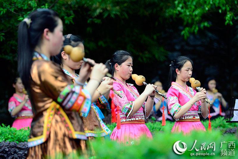 广西龙胜各族自治县实验中学学生在练习吹葫芦丝
