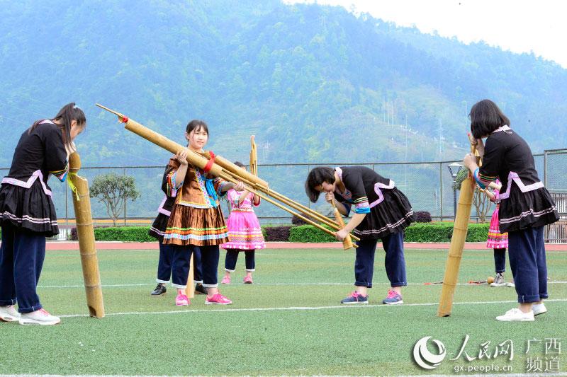 龙胜中学学生在练习吹芦笙