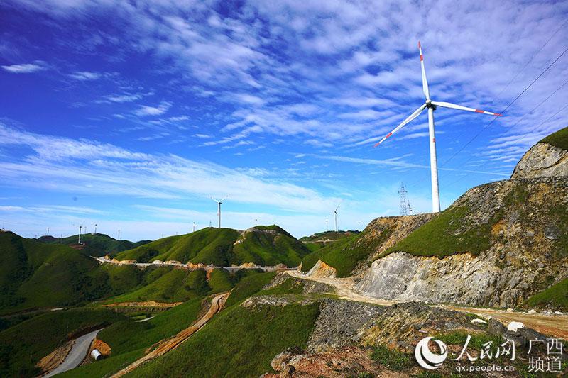 广西龙胜南山风力发电场夏日风景美如画
