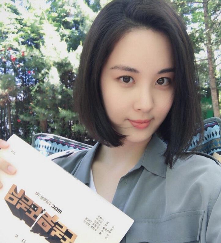 照片中,赵丽颖将过肩中长发再次剪短,微卷的发尾烫平,身穿白色t恤搭配