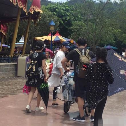 黄磊一家人游玩香港迪士尼乐园.